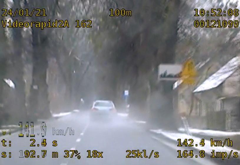 Kierowca nic sobie nie robił nie tylko z ograniczeń, ale i zakazów jazdy /Policja