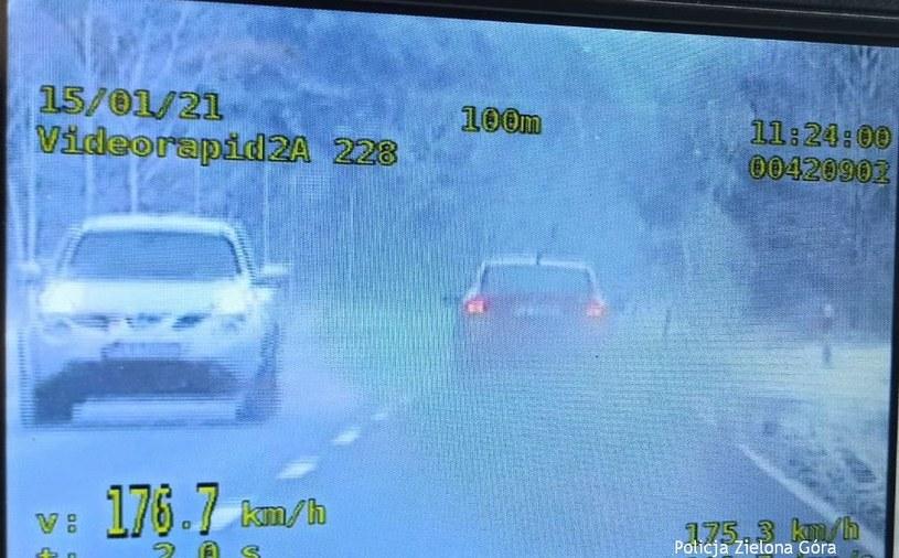 Kierowca nie miał prawa jazdy, nie powstrzymał go to od szybkiej jazdy /Policja
