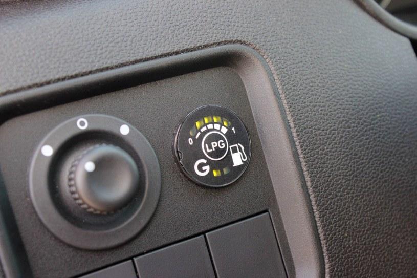 Kierowca nie widzi przełącznika LPG. Zasłania go kierownica /INTERIA.PL
