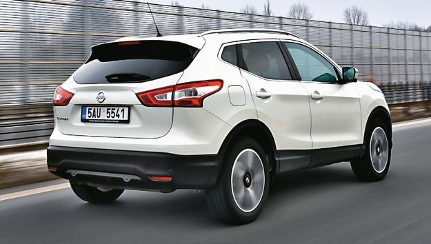 Kierowca Nissana ma zupełnie wystarczającą widoczność w tył, chociaż ASX pozwala o wiele lepiej zorientować się, co dzieje się wokół samochodu. /Motor