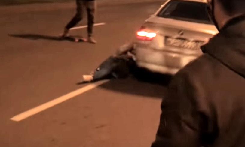 Kierowca o mały włos, a przejechałby po potrąconej kobiecie /