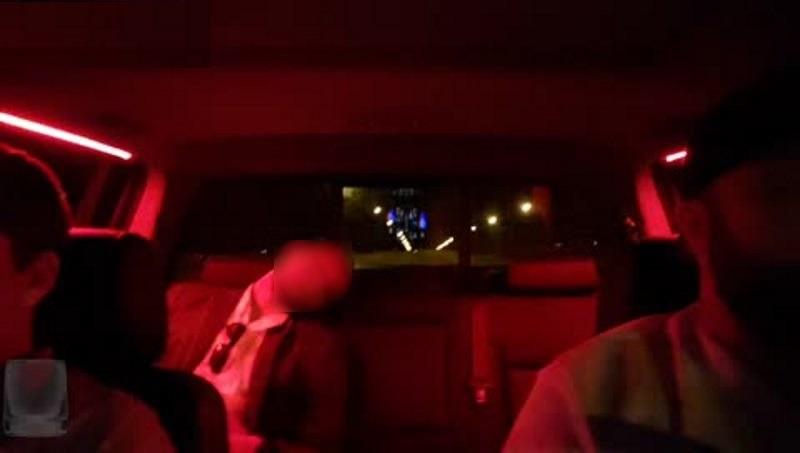 Kierowca potajemnie streamował w świat swoich pasażerów, często w bardzo niekomfortowych sytuacjach (twarz pasażera została rozmazana przez redakcję) Fot. Twitch /materiał zewnętrzny