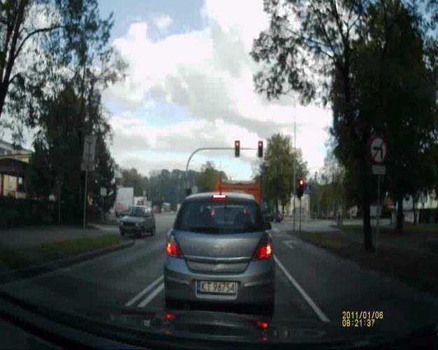 Kierowca przewozi pasażerów. Każdorazowo wykonuje zakazany manewr (codziennie). Około godziny 15 skrzyżowanie Kwiatkowskiego-Czerwonych Klonów, Tarnów-Mościce. Strach się bać. Do ilu razy sztuka?