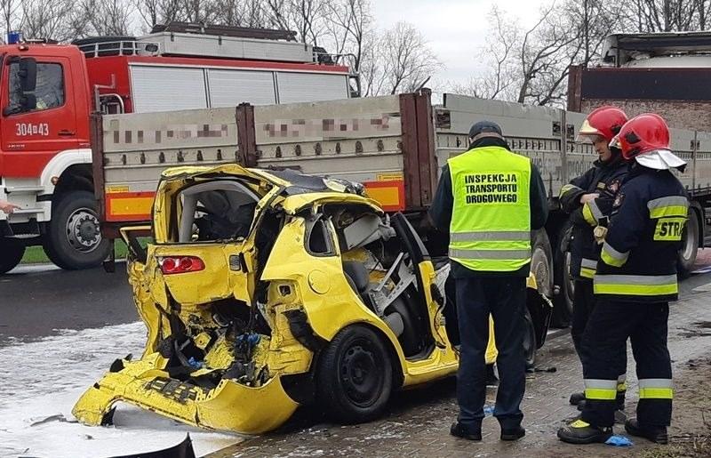Kierowca sam wydostał się z wraku, ale pasażerka została ciężko ranna /ITD