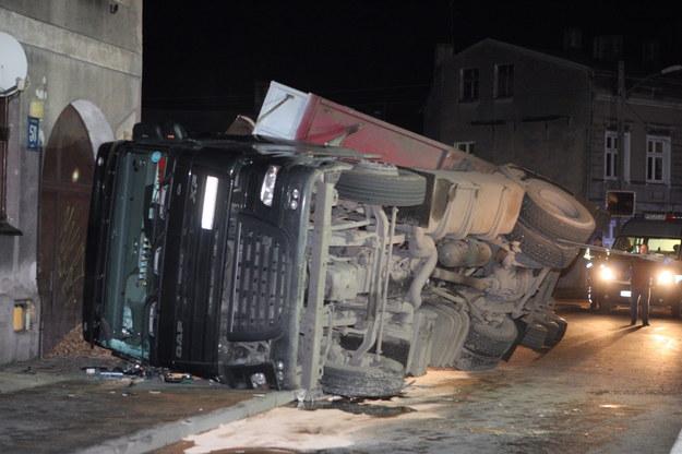 Kierowca samochodu ciężarowego nie zapanował nad samochodem. Pojazd wywrócił się na bok, tuż obok budynku mieszkalnego w Szczecinie. /Marcin Bielecki /PAP