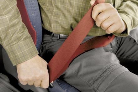 Kierowca samochodu ma obowiązek nakazać pasażerowi zapięcie pasów /