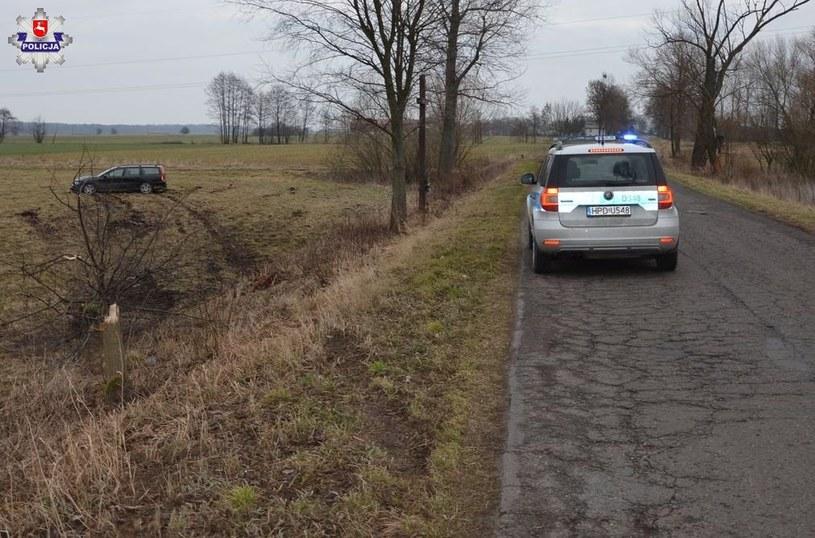 Kierowca ściął drzewo i zatrzymał się w polu /