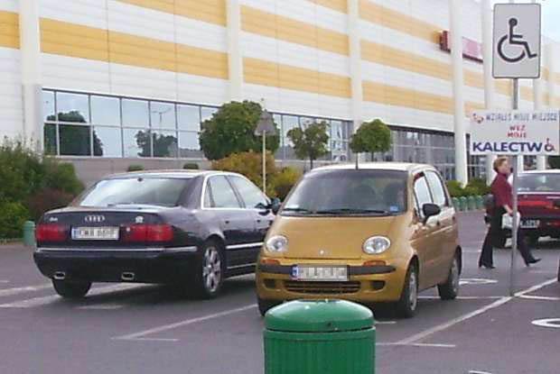 Kierowca tego audi nie chciał wziąć kalectwa. Dlatego zaparkował na pasach. Kliknij /INTERIA.PL