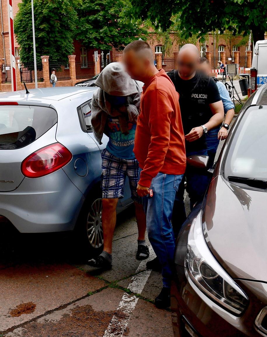 Kierowca tira, który uczestniczył w wypadku na A6 pod Szczecinem, doprowadzany na przesłuchanie do Prokuratury Rejonowej Szczecin-Prawobrzeże / Marcin Bielecki    /PAP