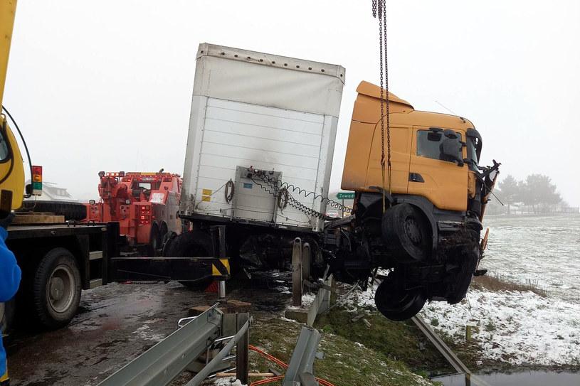 Kierowca tira nie dostosował prędkości do warunków na drodze /Policja w Mławie /domena publiczna