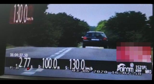 Kierowca twierdził, że nie zauważył terenu zabudowanego. Faktycznie, dookoła są... drzewa /Policja