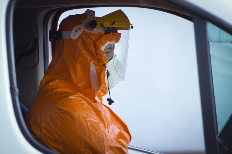 Kierowca warszawskiej karetki w kombinezonie ochronnym, zdj. ilustracyjne /Jaap Arriens/NurPhoto /Getty Images