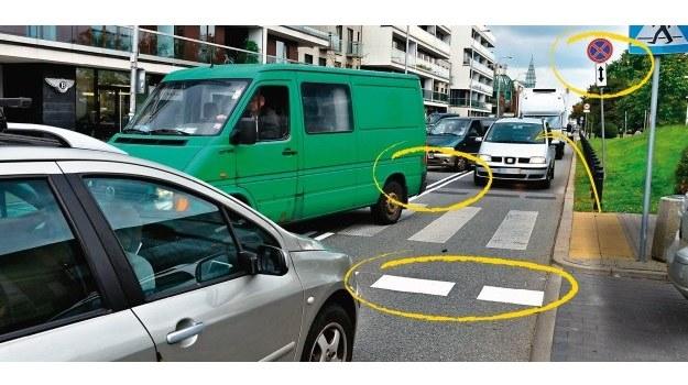 Kierowca, widząc podwójną linię ciągłą po prawej stronie, linię zatrzymania za pasam i odwrócone znaki, powinien zorientować się, że porusza się niewłaściwą stroną drogi. /Motor
