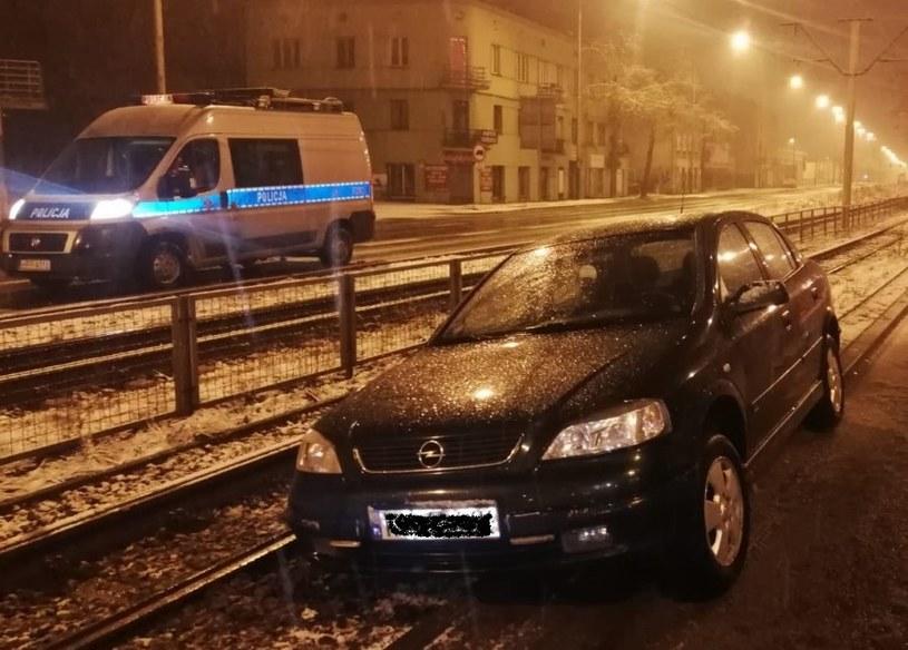 Kierowca zawiesił samochód na torowisku /Policja
