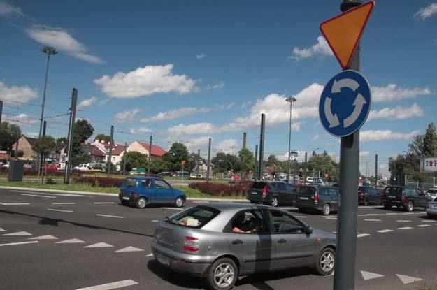 Kierowca zobowiązany jest do włączenia kierunkowskazu zjeżdżając z ronda /INTERIA.PL