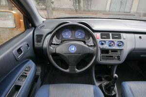 Kierowcę otaczają szarości, sytuację trochę ratują niebieskie akcenty. Ergonomia jest bardzo dobra, chociaż radio mogłoby znajdować się trochę wyżej. Wyposażenie z reguły dosyć bogate. /Motor
