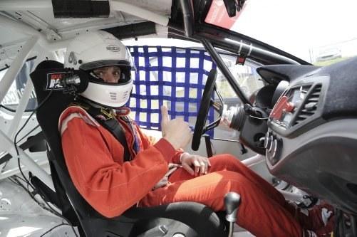 Kierowcę, ubranego w niepalny kombinezon i kask, chroni mocna klatka bezpieczeństwa. /Kia Lotos Race
