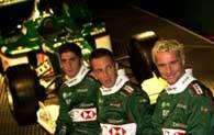 Kierowcy Jaguara. Od prawej Irvine, Burti i tester Scheckter