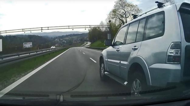 Kierowcy Mitsubishi Pajero najwyraźniej bardzo się spieszyło /
