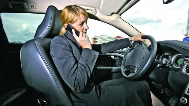 Kierowcy rozmawiający w czasie jazdy przez telefon bez zestawu głośnomówiącego o 9 proc. wolniej reagują w sytuacjach, gdy konieczne jest użycie hamulca. /Motor