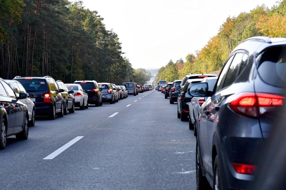 Kierowcy stojąc w korku na autostradzie A11 tworzą tzw. korytarz życia / Marcin Bielecki    /PAP
