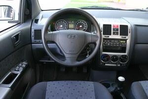 Kierownica jest nieprzyjemna w dotyku, dlatego polecamy wersję Fan ze skórzanym wykończeniem. Dobra czytelność wskaźników. /Motor