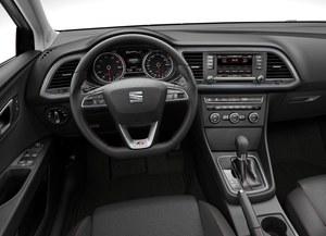 Kierownica ma bardzo sportowy wygląd i na dodatek w dolnej części jest spłaszczona. Plus za stylistykę, plus za funkcjonalność. /Seat