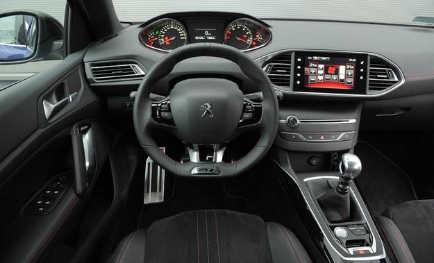Kierownica wykończona perforowaną skórą i czerwone przeszycia to wyróżniki GT. Klimatyzację ustawia się poprzez ekran dotykowy z czerwonym tłem. /Motor