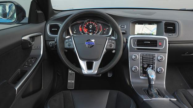Kierownicę i fotele wersji Polestar obszyto połączeniem skóry i nubuku. Ta pierwsza wydaje się spora, ale ma tę sama średnicę, co kierownice Porsche 911 czy Boxstera. Zamiast zegarów – znany z innych Volvo ekran, którego zawartość można zmieniać. /Motor
