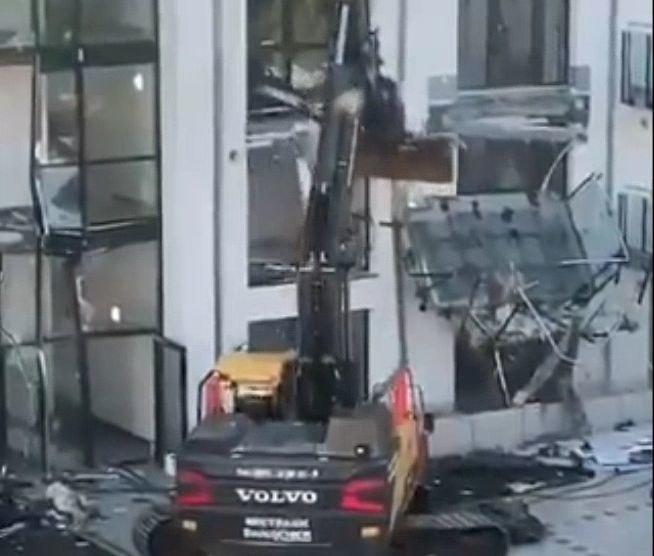 Kierownik budowy zniszczył apartamentowiec koparką /Twitter.com/@LONE81 /materiał zewnętrzny