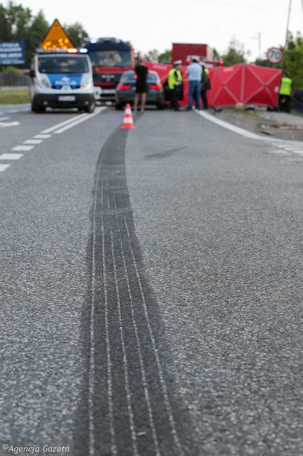 Kierująca volkswagenem wjechała prosto pod samochód ciężarowy. Na jezdni widać było wyraźne ślady hamowania tira /Agencja Gazeta