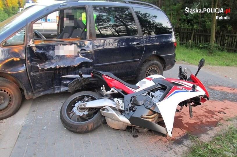 Kierujący motocyklem doznał licznych złamań, ranna została również pasażerka /