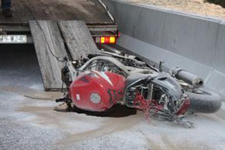 Kierujący motocyklem został wyrzucony na odległość kilkudziesięciu metrów /Policja