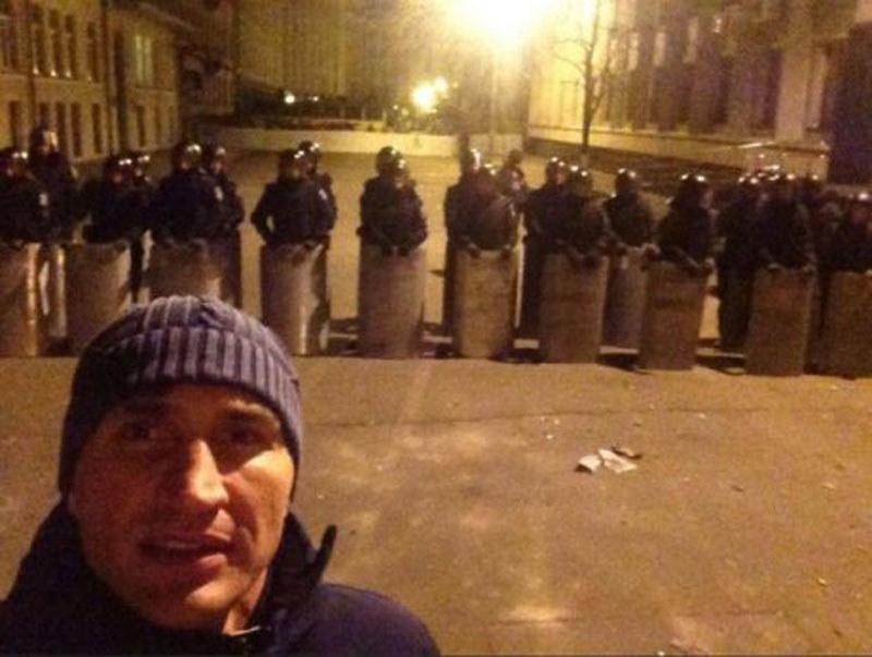 Kijów, rok 2013. Witalij Kliczko na tle kordonu milicji /