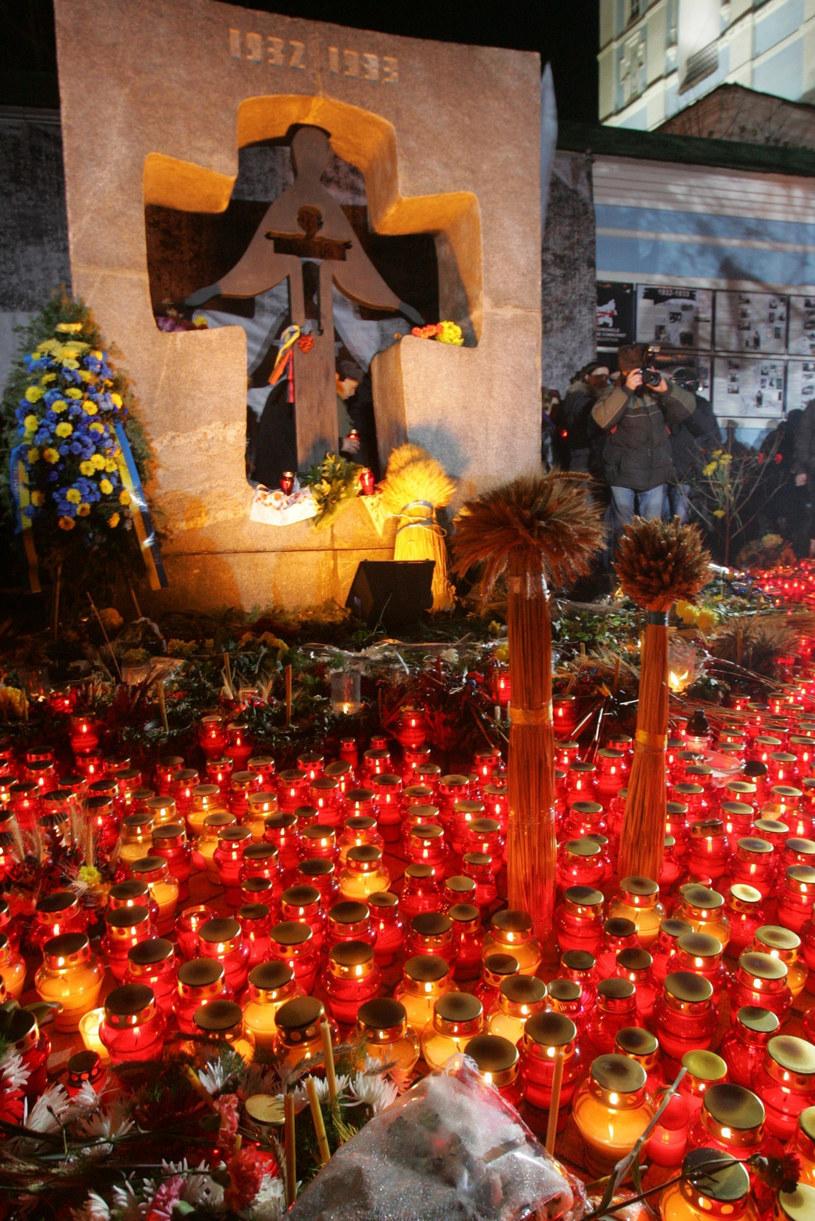 Kijów, znicze przed pomnikiem Ofiar Wielkiego Głodu na Ukrainie /UPG/REPORTER