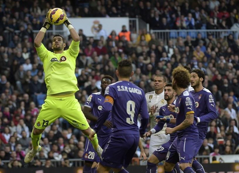 Kiko Casilla łapie piłkę /AFP