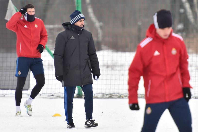 Kiko Ramirez (w środku) podczas pierwszego treningu z Wisłą /fot. Jacek Bednarczyk /PAP