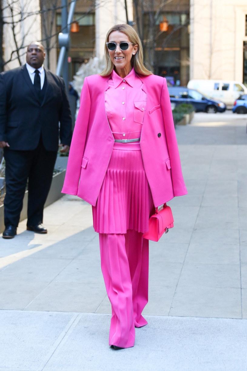 Kilka dni temu Celine Dion została sfotografowana w Nowym Jorku w odważnym różowym total looku /ROGA/Backgrid/East News /East News