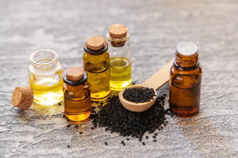 Kilka kropel olejku z czarnuszki będzie ratunkiem dla włosów /123RF/PICSEL