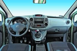 Kilka lat temu z takiego kokpitu dumni byliby właściciele niezłej klasy aut osobowych. Dziś tak estetyczne i nieźle zmontowane wnętrze znajdziemy w aucie z dostawczym rodowodem. /Motor