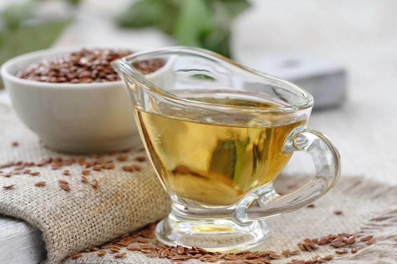 Kilka łyżek dziennie oleju lnianego poprawi twoje samopoczucie /123RF/PICSEL