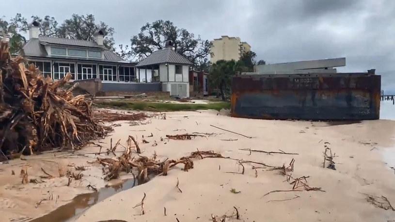 Kilka metrów wgłąb lądu i łódź zmiażdżyłaby drewniany dom /Cover Images /East News