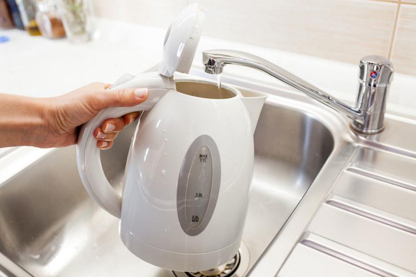 Kilka prostych trików pomoże ci cieszyć się czystym czajnikiem znacznie dłużej /123RF/PICSEL