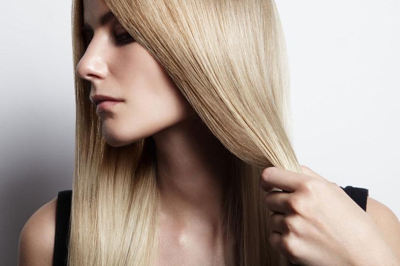 Kilka prostych zabiegów sprawi, że twoje włosy nabiorą blasku i siły /123RF/PICSEL