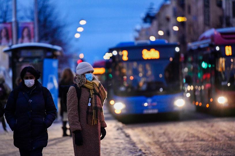Kilka regionów, w tym Sztokholm, zaostrzyło rekomendacje o obowiązku noszenia maseczek w komunikacji publicznej /Mikael Sjoberg/Bloomberg  /Getty Images