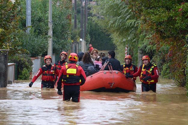 Kilka rejonów w środkowych Włoszech zostało zalanych w rezultacie ulew /PAP/EPA