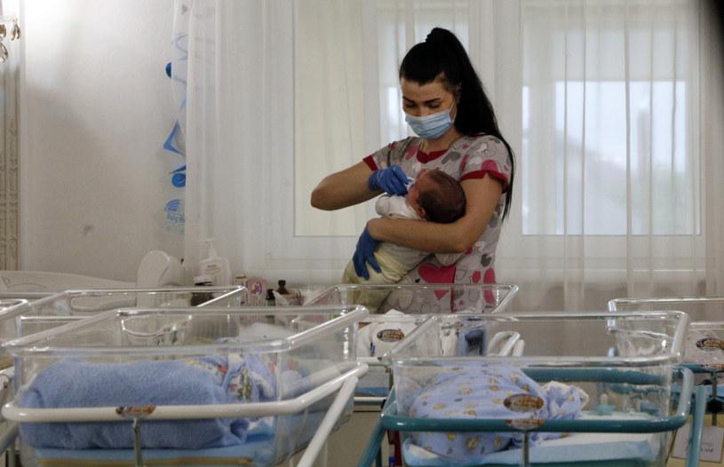 Kilkadziesiąt dzieci czeka w klinice na odbiór przez rodziców /AP/Associated Press/East News /East News