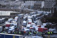 Kilkaset ciężarówek opuściło Dover. Polacy pomagają w testowaniu. Obcokrajowcy zaskoczeni