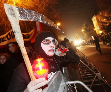 Kilkaset osób manifestowało przed domem Jaruzelskiego