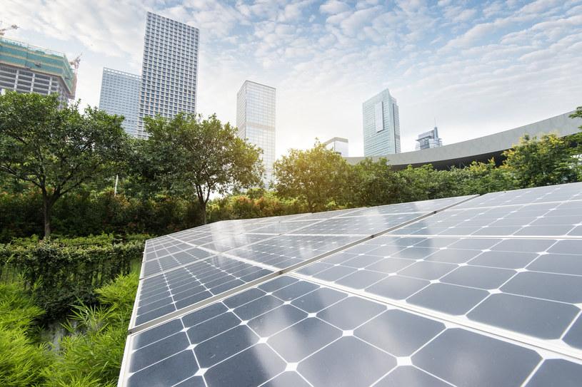 Kilkaset przedsiębiorców czeka z gotowymi projektami inwestycji we własne elektrownie słoneczne - wynika z oceny polskich bankierów /123RF/PICSEL